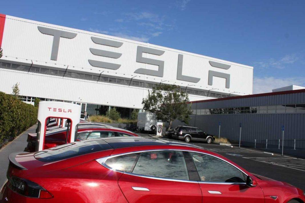 В беспроводной зарядке от Tesla имеется встроенный аккумулятор на 6000 мАч.