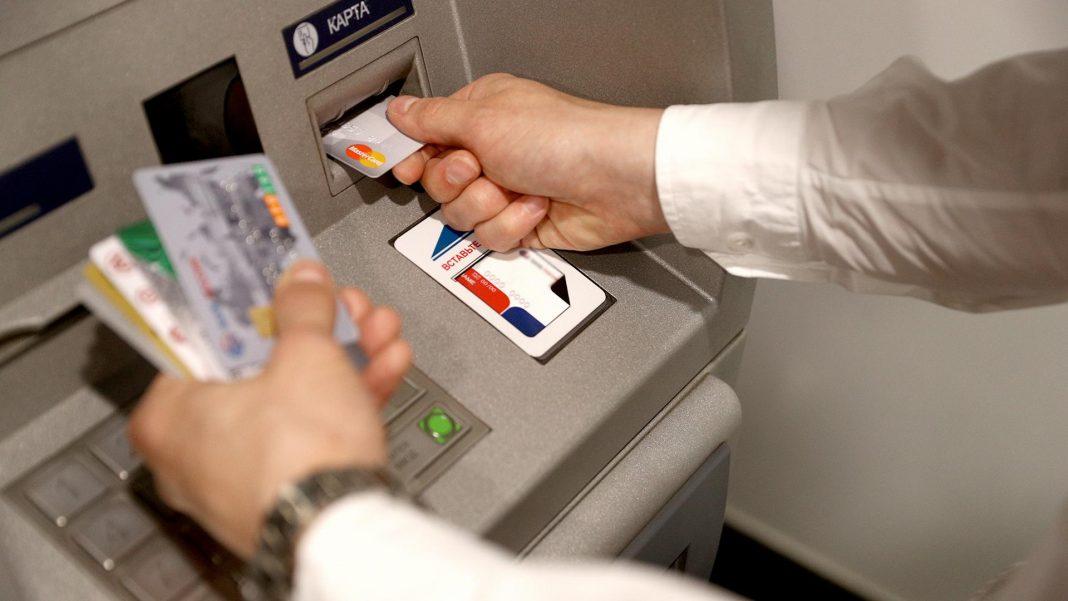 Центробанк предлагает перечислять зарплату по телефону