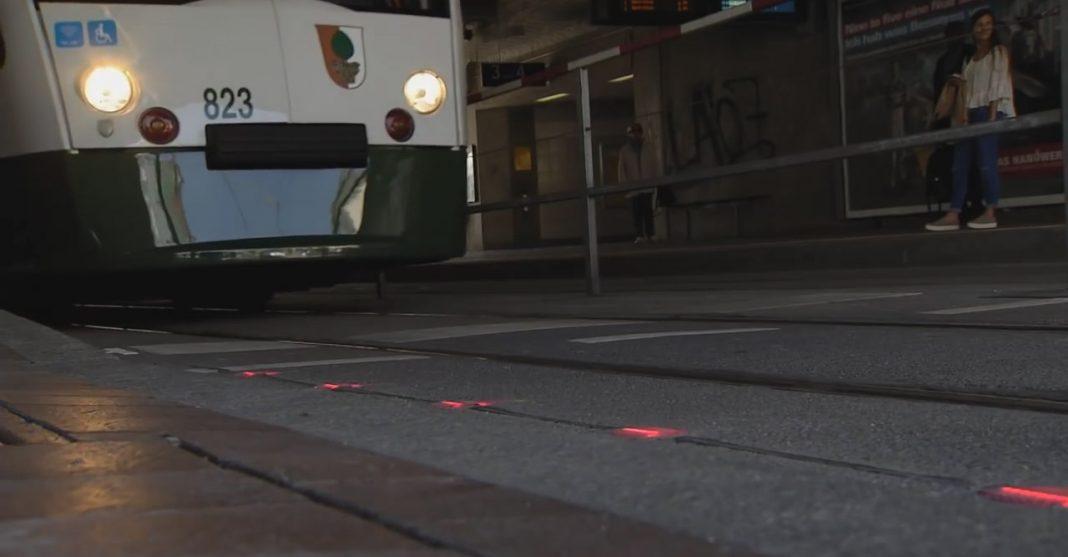 Светофор в тротуаре: для тех, кто смотрит в смартфон