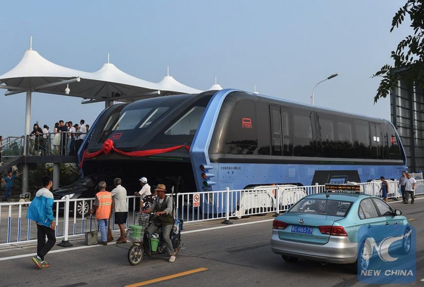 Китайцы создали проезжающий над дорогой автобус