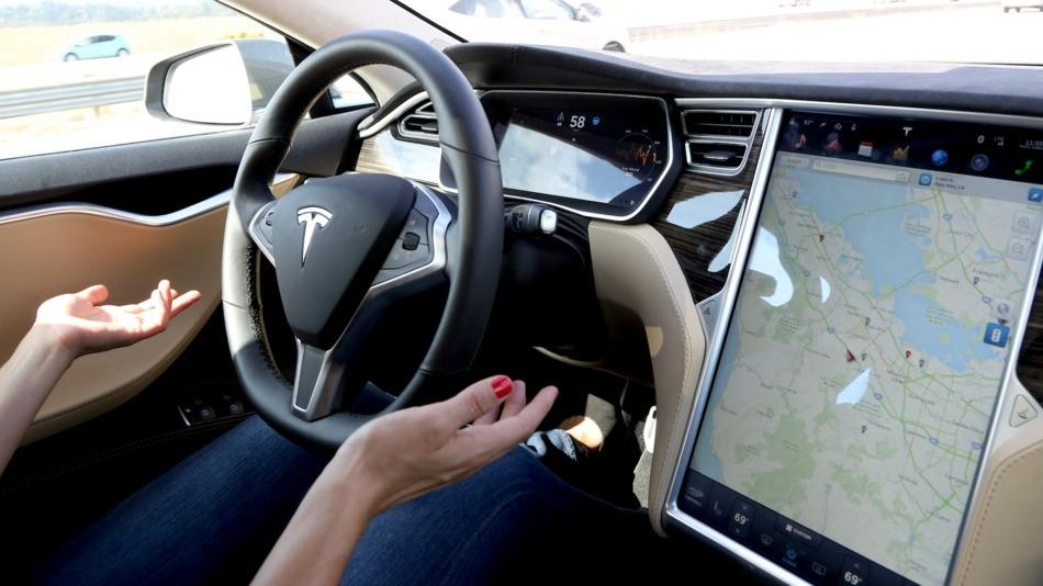 Распространение обновленной версии автопилота Tesla начнется в середине декабря