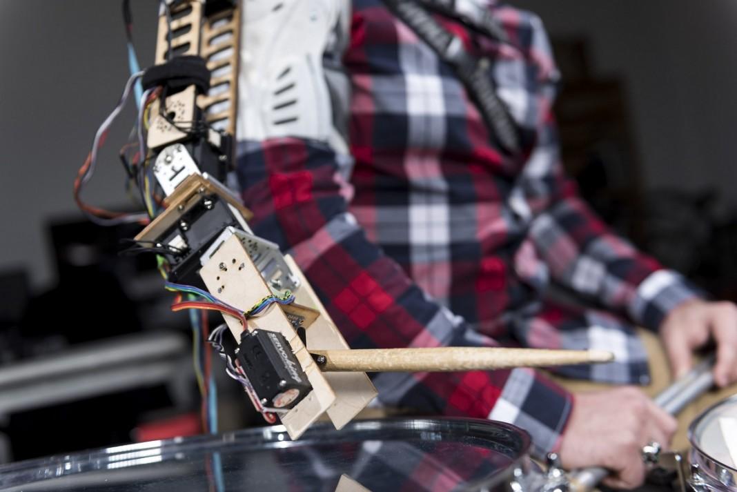 Трехрукий барабанщик-киборг — новое слово в музыке