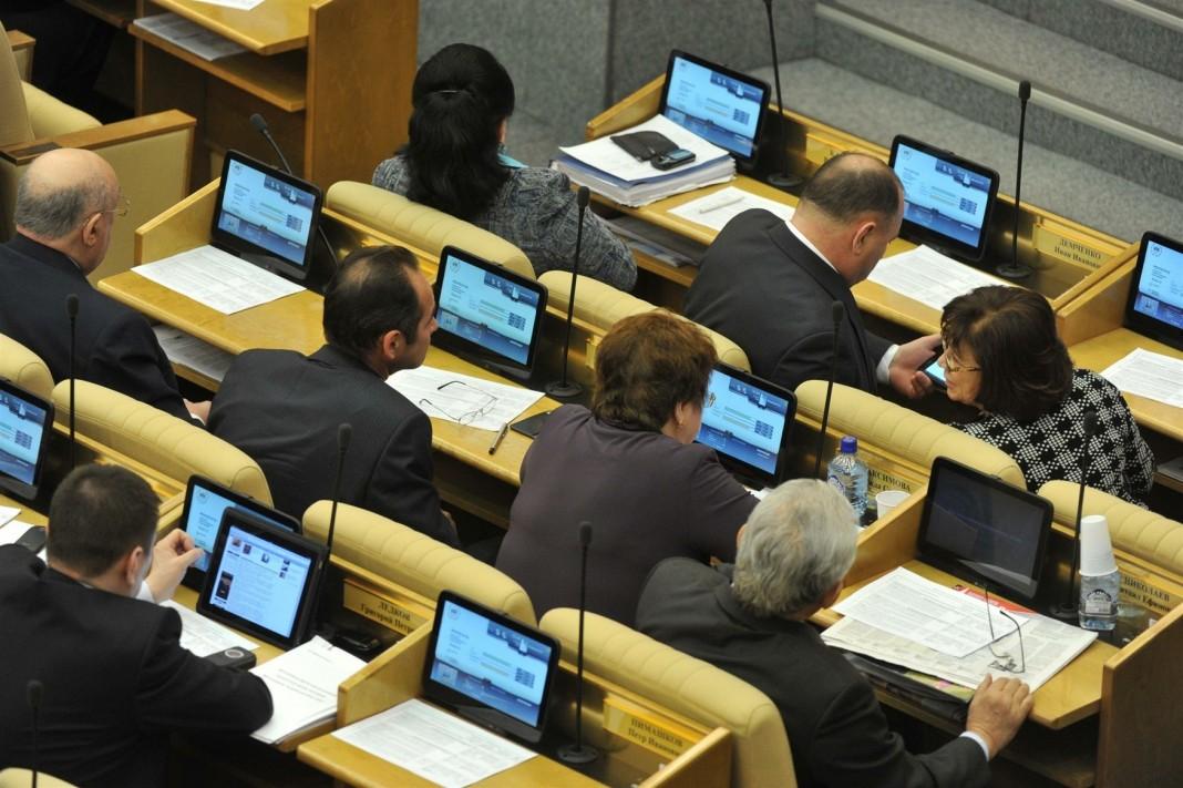 «Чиновники же могут вирусы подхватить!» Почему россиянам хотят запретить сидеть в соцсетях на работе
