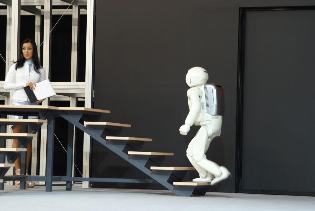 Робот ASIMO научился взбираться по вертикальной лестнице