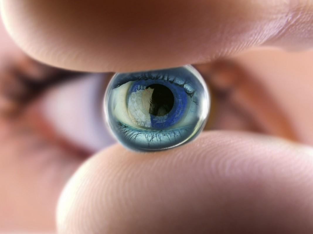 Google работает над умными контактными линзами