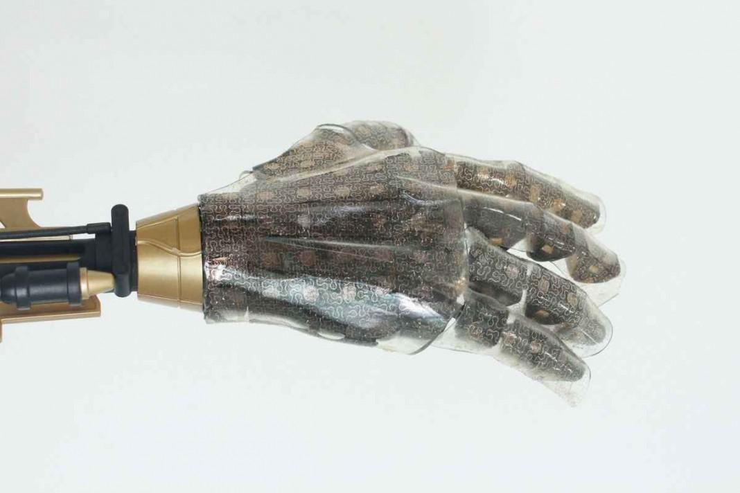 В Стэндфордском университете создана искусственная кожа, чувствительная к прикосновениям
