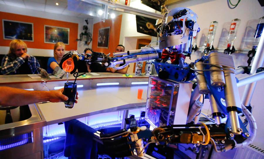 Робот-бармен умеет поддерживать диалог
