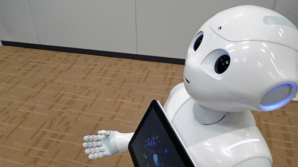 В Японии в магазинах смартфоны начнут продавать роботы