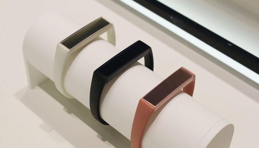 Фитнес-браслет Samsung Charm вышел в международную продажу
